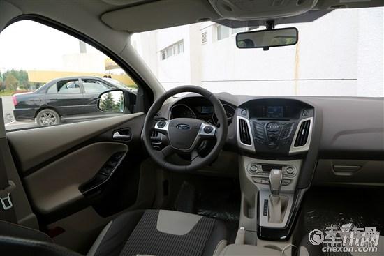 现款福克斯   内饰方面,新款福克斯以更少的按钮带来了更方便的操作。最明显的就是采用了和新蒙迪欧一样的全新三辐式多功能方向盘,中控台的屏幕尺寸放大,可触控操作,使得整体更加简约。直观的空调调节面板也首次引入,驻车制动改换到了传统的位置。